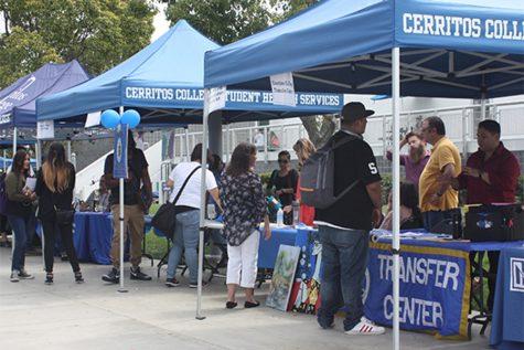 Students gather major information at the Majors Fair