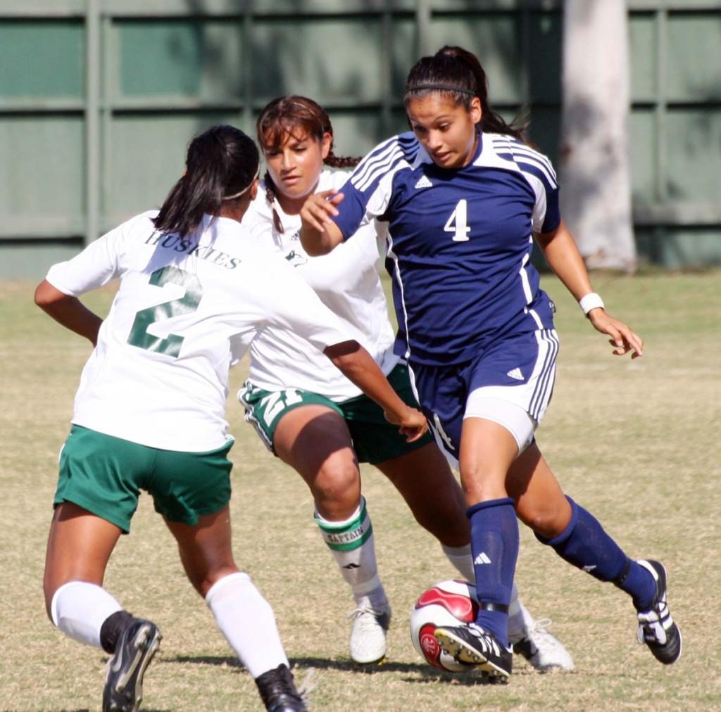 Women's soccer flies over the Huskies