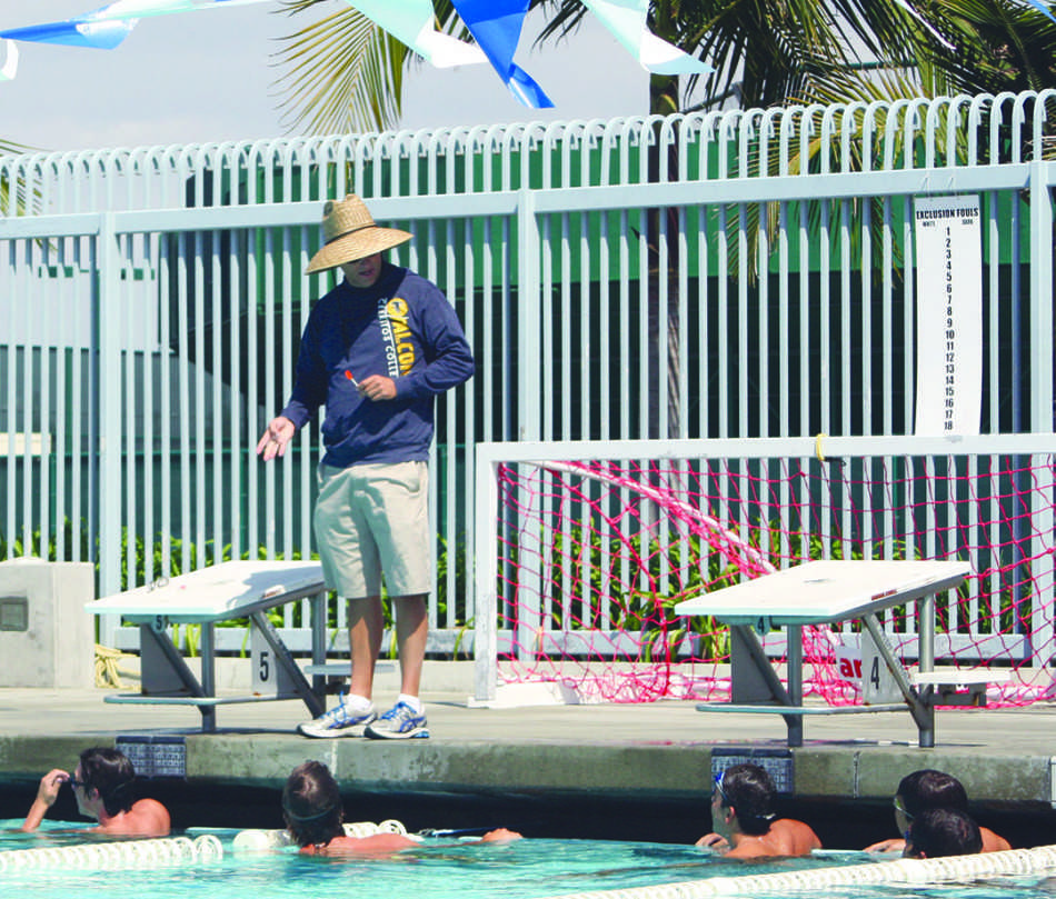 Joe+Abing%2C+coach+of+the+men%27s+swimming+team%2C+instructs+his+swimmers+on+what+they+are+going+to+do+during+practice.+Photo+credit%3A+Luis+Guzman