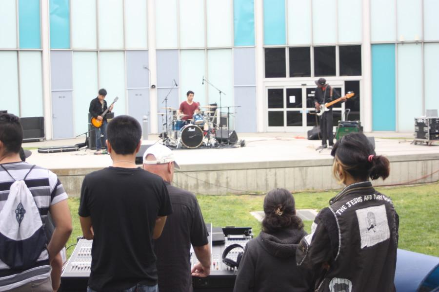 Students from the TH 224 class were learning how to use audio equipment by setting up for an actual band, Weird Creatures. Students had a chance to show what they learned for their practical final by testing out soundboards, speakers, amps and mics. for the free concert. Photo credit: Yasmin Cortez