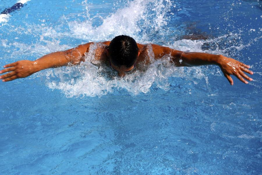 Fernando Lua warms up during swimming pracrice. Photo credit: Emily Curiel