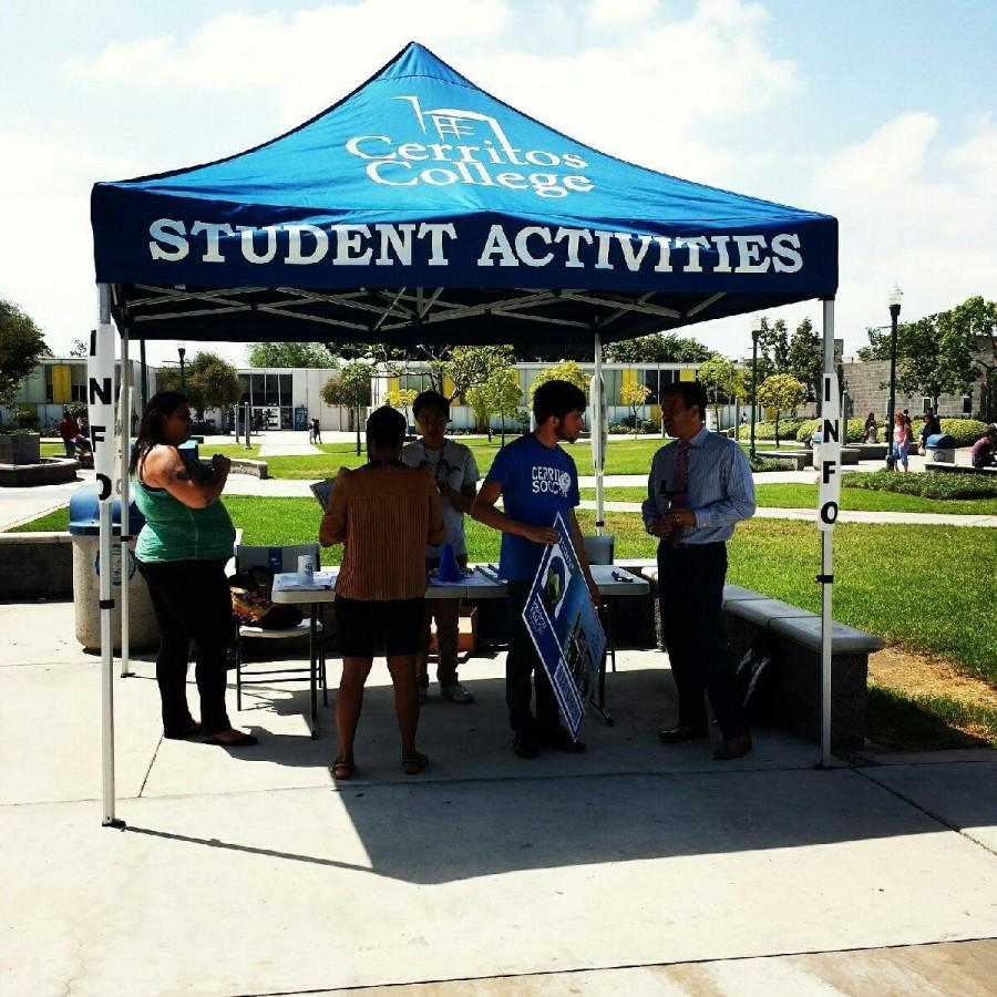 ASCC handed out free agendas for the 2015-2016 school year. Along with the agendas students were informed about the vacant student government positions and new students were given maps. Photo credit: Amanda Del Cid