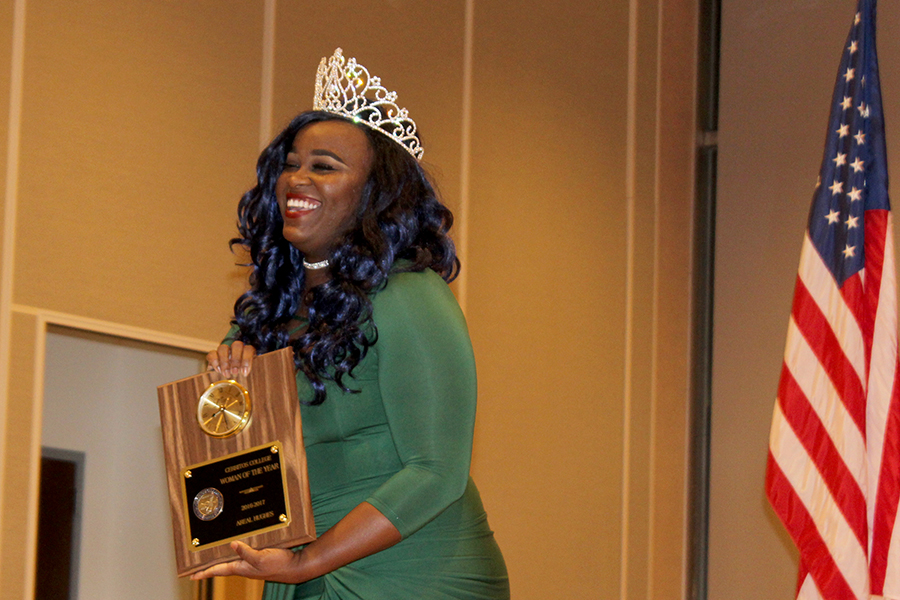 Co-Chair of STIXA Areal Hughes received the Woman of the Year  award for her service and leadership. When giving her acceptance speech so become overcome with emotions when mentioning that her mother was unable to come to the awards ceremony. Photo credit: Benjamin Garcia