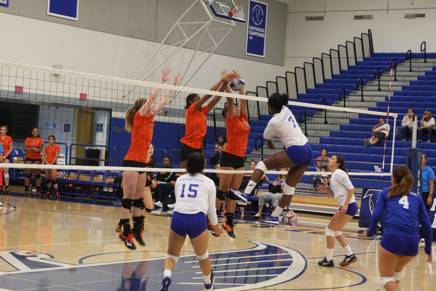 Women's Volleyball lose a close game