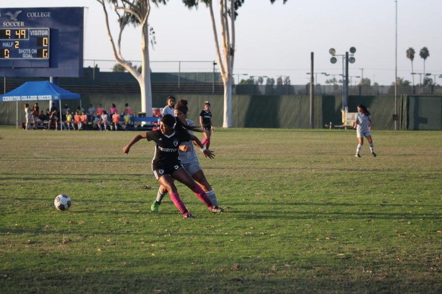 Player No.9 Itzel Ballesteros getting into position to receive the ball. Mt.SAC player behind her is also trying to get the ball. Photo credit: Scarled Murillo